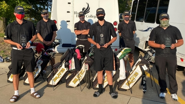 6 golfers with awards and golf bags